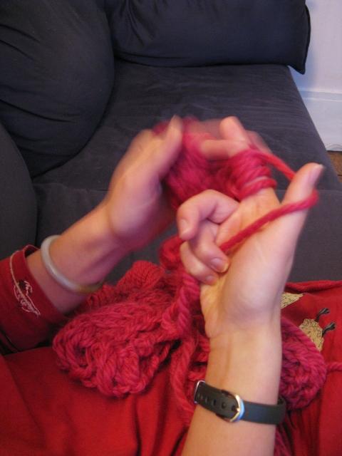 en train de tricoter avec les doigts